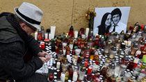 Muž v Bratislavě zapaluje svíčku za novináře Kuciaka a jeho snoubenku.