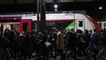 Lidé odchází z nástupiště na vlakovém nádraží Saint-Lazarev Paříži, kde...