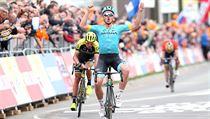 Michael Valgren slaví vítězství na Amstel Gold Race, za ním zklamanı Roman...