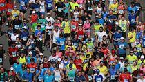 Pražského maratonu se pravidelně účastní několik tisíc závodníků.