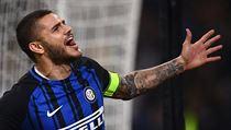 Je v nejlepších letech, zároveň je kapitánem Interu Milán, kouči Argentiny se...