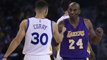 Kobe Bryant z Los Angeles Lakes (vpravo) se zdraví před utkáním s hvězdou...