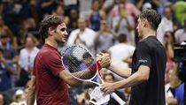 Roger Federer gratuluje Johnu Millmanovi k postupu.
