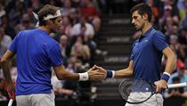 Roger Federer a Novak Djokovič při společné čtyřhře na Laver Cupu