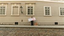 Aktivisté před Poslaneckou sněmovnou.