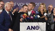Andrej Babiš líbající po volbách svého marketingového poradce Marka Prchala....