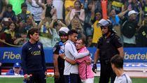 Carlos Tevez objímá fanouška při tréninku před druhım finále Copa Libertadores.