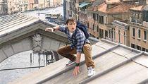 Peter Parket (tom Holland) se podívá i do Benátek. Snímek Spider-Man: Daleko od...