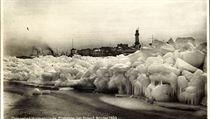 Krutá zima roku 1929: led sevřel přístav v německém Warnemünde.