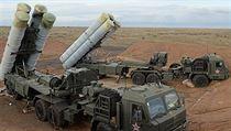 Ruskı protiletadlovı systém S-400 Triumf, určenı k likvidaci nepřátelskıch...