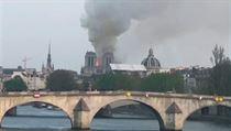 Notre-Dame je v plamenech.