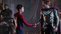 Spider-Man (Tom Holland) a Mysterio (Jake Gyllenhaal) uzavřou poměrně nejisté...