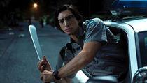 Adam Driver s mačetou. Snímek Mrtví neumírají (2019). Režie: Jim Jarmusch.