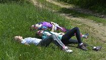 Turisté odpočívají před cílem Pochodu Praha-Prčice.