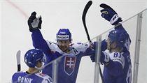Erik Černák slaví spolu s Tomášem Tatarem a Richardem Pánikem branku do sítě...