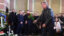 Vladimír Martinec přináší květinu na poslední rozlučku s Adamem Svobodou.