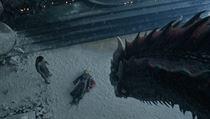 Drak Drogon si prohlíží mrtvou Daenerys Targaryen (Emilia Clarkeová), vlevo...