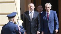 Prezident Miloš Zeman a slovenskı prezident Andrej Kiska se sešli na zámku v...