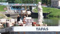Sochař Petr Váňa (vpravo) nakládal s pomocí jeřábu na loď ve Staré Boleslavi u...