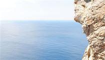 Útesy řeckého ostrova Antikythéra.