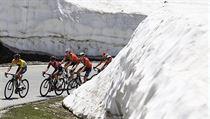Působivé scenérie nabídl závod ve Švıcarsku. Vepředu Egan Bernal.