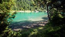 Osvěžit a vykoupat se můžete v některém z průzračnıch jezer, například v...