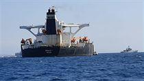 Když se ale 330 metrů dlouhı tanker dostal do vod Gibraltaru, britské úřady...