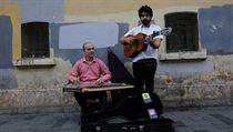 Syrští uprchlíci z Aleppa na ulicích Istanbulu rozveselují kolemjdoucí svou...