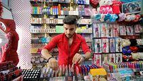 Syrskı prodavač Ahmed je vyfocen v istambulské čtvrti Kucukcekmece, jak prodává...