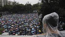 V hongkongském Victoria Parku se dnes navzdory dešti sešly desítky tisíc...