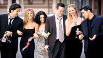 Parta známá ze seriálu Přátelé - Ross, Rachel, Monica, Chandler, Phoebe a Joey.