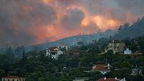 Oheň se nekontrolovatelně šíří po řeckém ostrově Samos. Na snímku městečko...