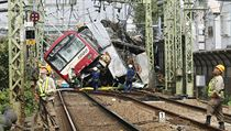 Srážka vlaku s nákladním autem nedaleko Tokia.
