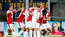 Fotbalisté Slavie se radují z gólu Petera Olayinky.