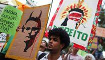 Demonstrující v Sao Paulu drží plakát démonizující prezidenta Bolsonara....