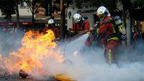 Při protestech museli zasahovat i hasiči