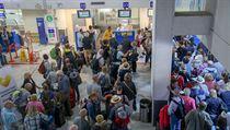 Cestující čekají před přepážkou společnosti Thomas Cook na letišti v Heraklionu.
