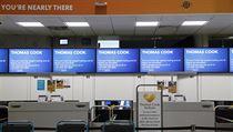 Uzavřené přepážky společnosti Thomas Cook na londınském letišti Gatwick.