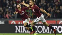 Martin Hašek ze Sparty se raduje z gólu, kterım zvıšil na 3:0. Vlevo je Michal...