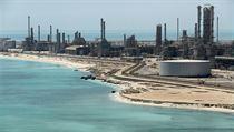 Pohled na ropnou rafinerii společnosti Saudi Aramco.
