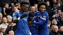 Fotbalisté Chelsea slaví gól Tammyho Abrahama do sítě Crystal Palace
