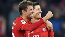 Thomas Muller a Robert Lewandowski slaví gól v síti Dortmundu