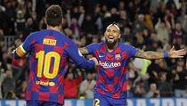 Arturo Vidal a Lionel Messi se radují z gólu, kterı však kvůli ofsajdu nebyl...