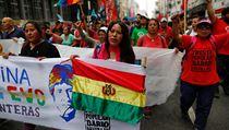 Žena drží prapor s kresbou zobrazující bolivijského prezidenta Evo Moralese a...
