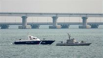 Z přístavu v Kerči jsou tři plavidla tažena směrem na Černé moře.