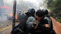 Protestující je zadržen policií při jejím obležení areálu polytechnické...