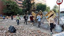 Demonstranti se pokoušejí opustit kampus  polytechnické univerzity v Hongkongu.