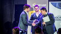 Ocenění za nejlepšího učitele si mimo jiné odnesl i Marek Antoš (vlevo).