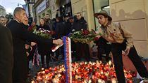 Premiér Andrej Babiš podává skautovi kytici ministryně financí Aleny...