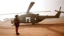 Vojenská helikoptéra NH90 Caiman u základny během operace Barkhane v Ndaki,...